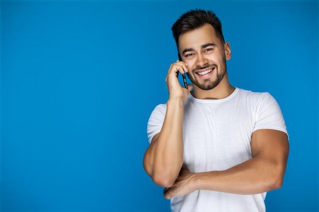 Chico europeo guapo llamando