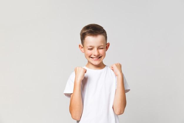 Chico feliz como si hubiera ganado algo