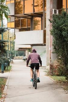Chico fitness montando en bicicleta