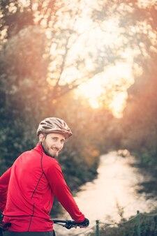 Chico fitness sonriente con bicicleta
