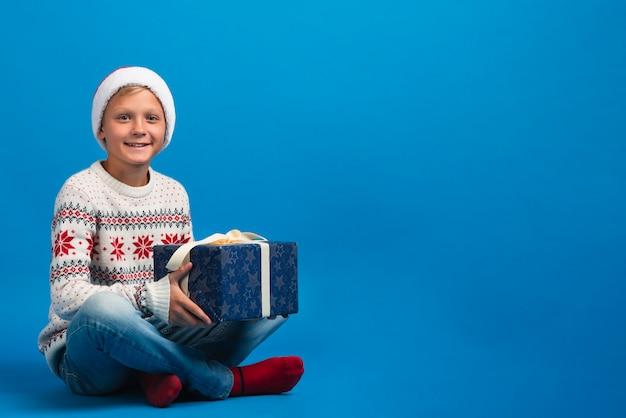 Chico con foto de estudio de regalo