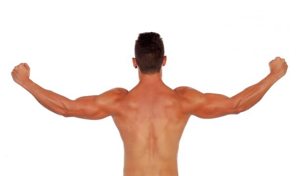 Chico fuerte mostrando sus músculos de la espalda.