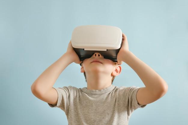 Chico con gafas de realidad virtual.