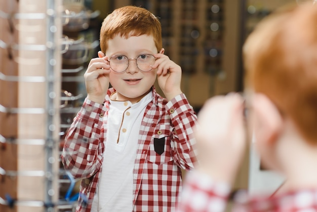 Chico con gafas en la tienda de óptica