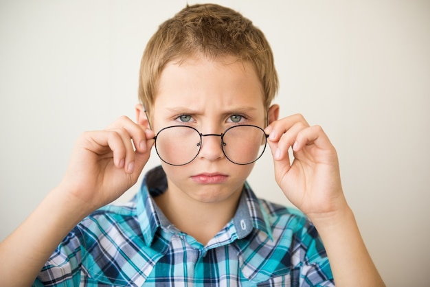 Chico guapo adolescente lleva gafas. concepto de medicina y visión deficiente