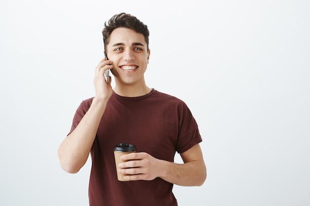 Chico guapo alegre hablando por teléfono