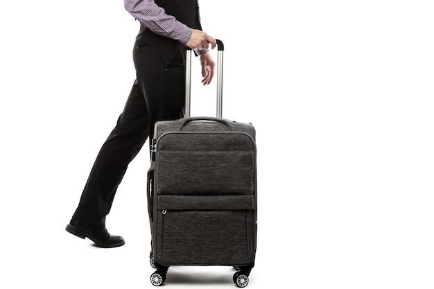 Chico guapo caminando con equipaje