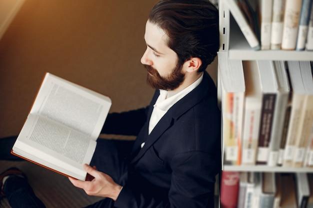 Chico guapo estudia en la biblioteca