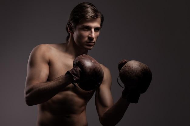 Chico guapo en guantes de boxeo