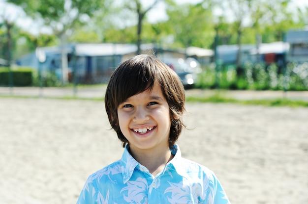 Chico guapo en un parque en la playa