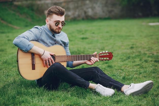 Chico con una guitarra