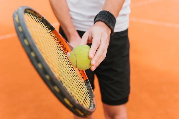 Chico joven atlético jugando al tenis