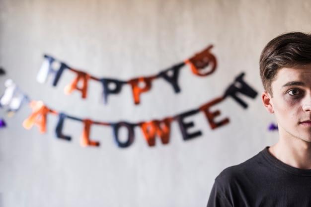 Chico joven celebrando halloween