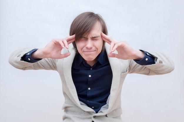 Chico joven con dolor de cabeza.
