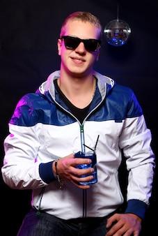 Chico joven con estilo en la discoteca
