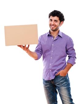 Chico joven y guapo llevando cajas