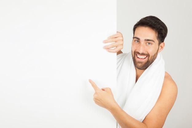 Chico joven sonriente después de la ducha