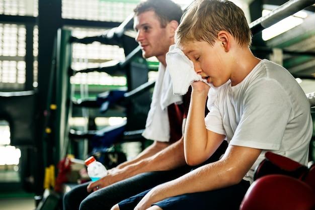 Chico joven con su entrenador de boxeo