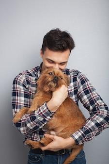 Chico joven con su perro.