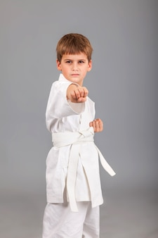 Chico de karate en kimono blanco