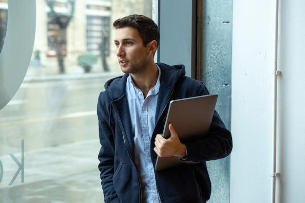 Un chico con laptop en sus manos
