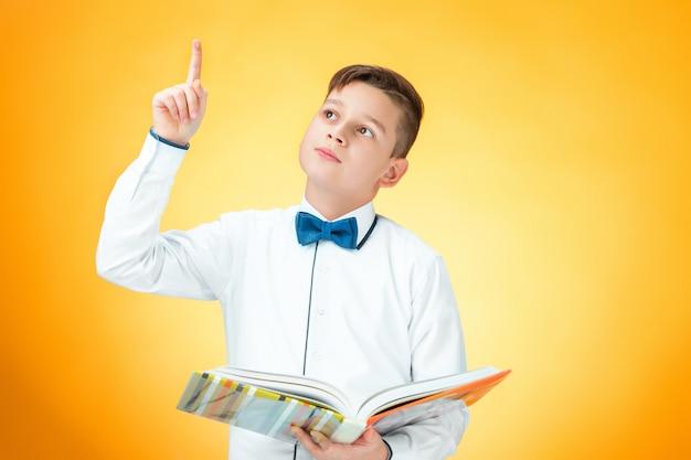 El chico con libro