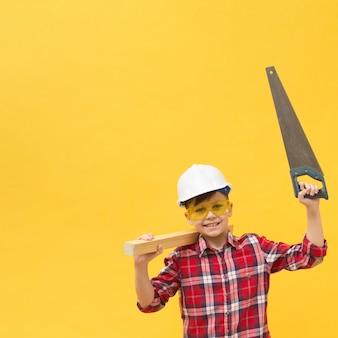 Chico lindo con espacio de copia de herramienta de sierra