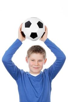 Chico lindo sosteniendo una pelota de fútbol
