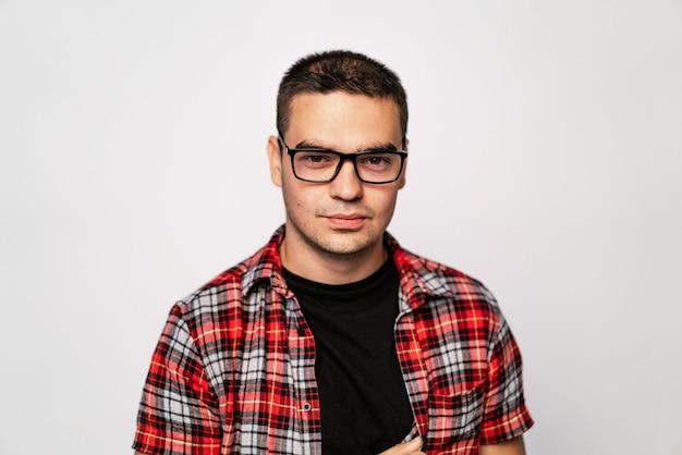 Chico de moda joven con gafas sonriendo