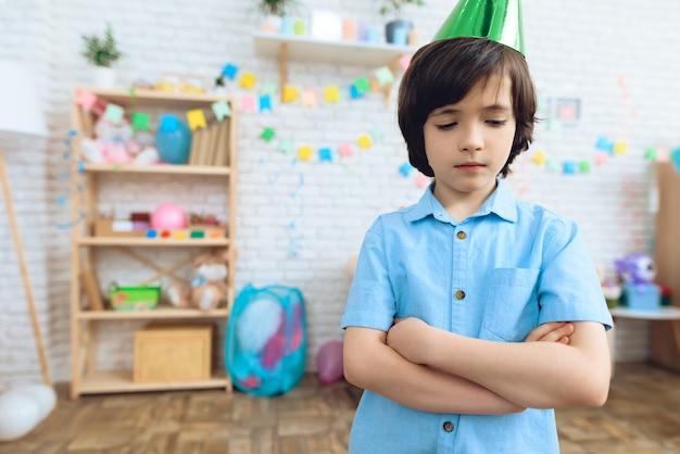 El chico está molesto porque nadie ha ido por su cumpleaños.