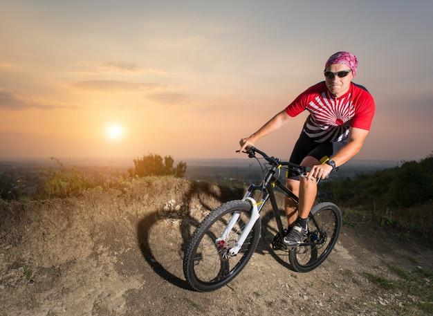 Chico montando en bicicleta de montaña en camino