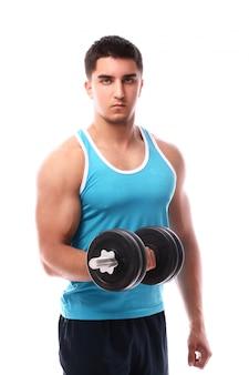Chico musculoso trabajando con pesas