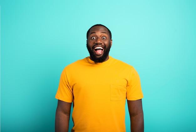 Chico negro alegre y feliz sobre cian