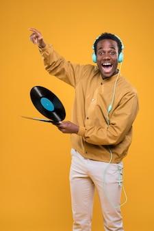 Chico negro posando con cascos
