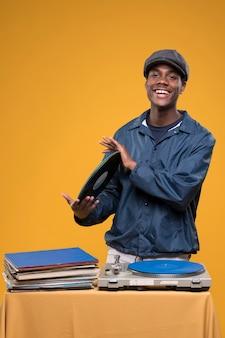 Chico negro posando con vinilos