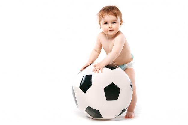 Chico con una pelota de futbol