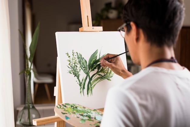 Chico pintando en lienzo