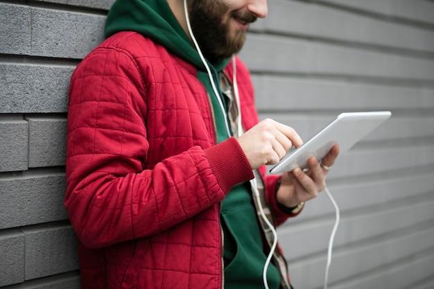 Chico de primer plano con auriculares y tableta