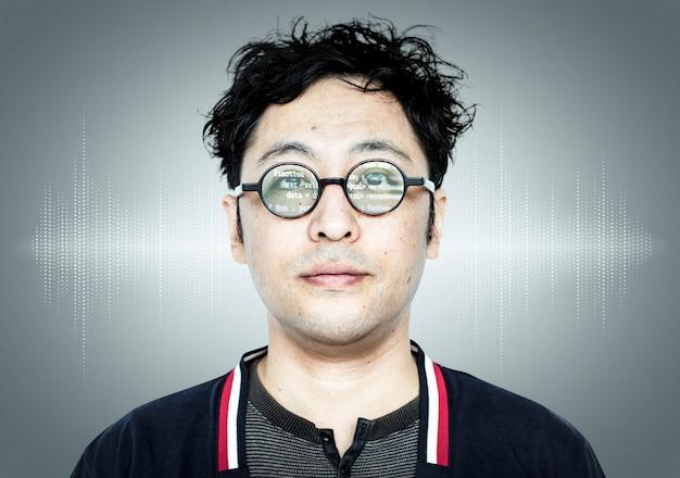 Chico programador japonés