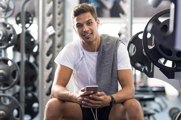 Chico sano en el gimnasio