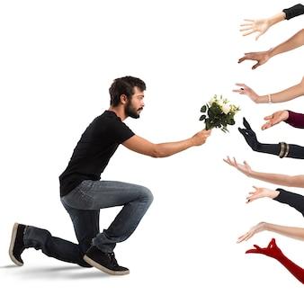 Chico seductor entregando flores a muchas mujeres