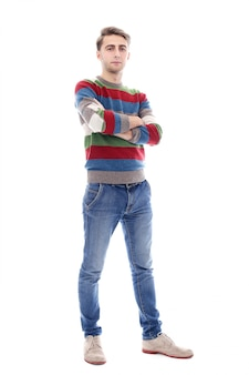 Chico serio atractivo con cerdas es realmente alto