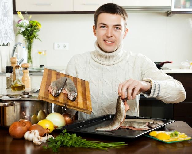 Chico sonriente cocinando