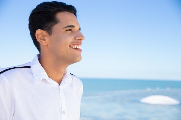 Chico sonriente posando al aire libre