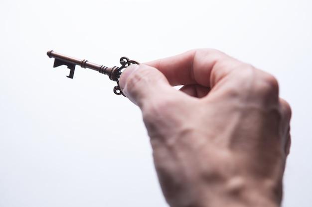 Un chico sosteniendo una llave vieja.