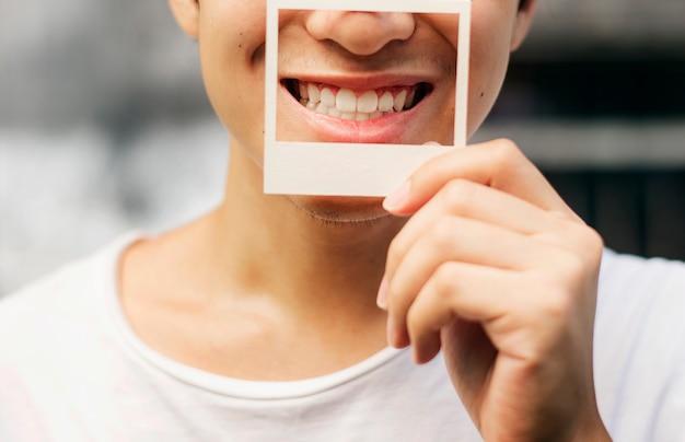 Chico sosteniendo un marco de fotos sonriendo