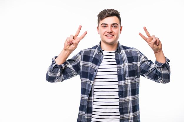 Chico en t-short oscuro celebrando la victoria mostrando el signo de la paz ganador en ambas manos