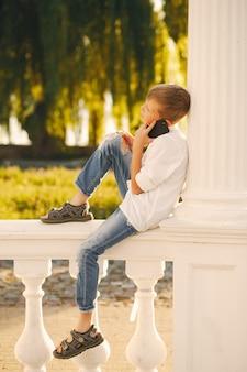 Chico con teléfono