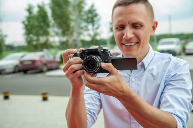 El chico toma fotos y fotos en la cámara.