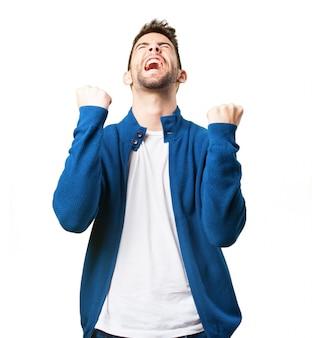 Chico triunfador con chaqueta azul